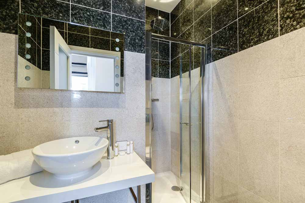 Two Bedroom Penthouse Apartment - Bathtoom