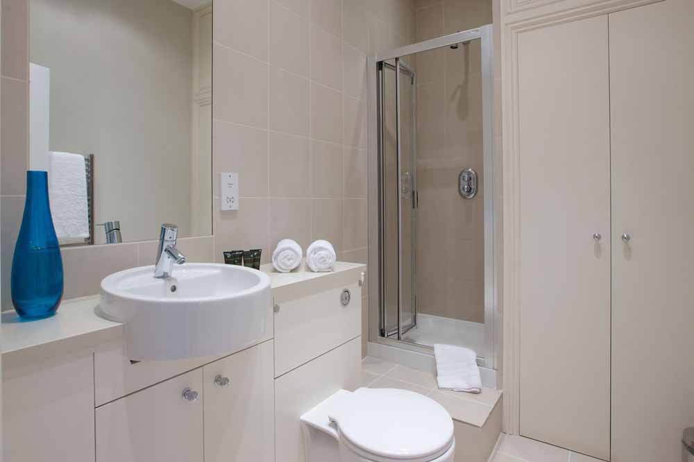 Longridge Road Apartments - Bathroom