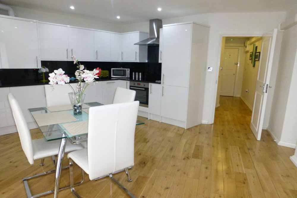 Superior One Bedroom Apartment - Kitchen and Dining Area