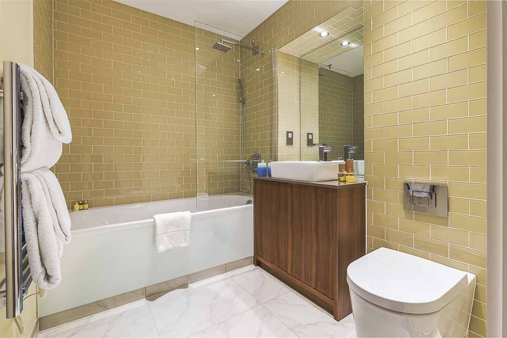 Lincoln Plaza Apartments - Bathroom