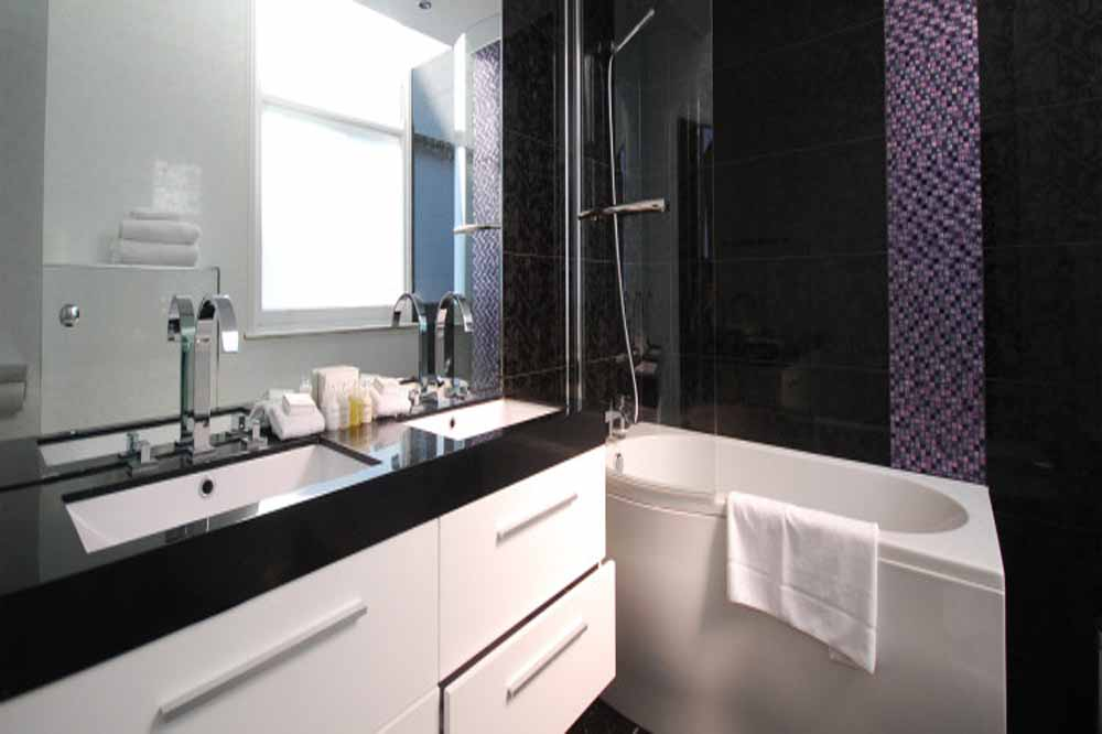 Deluxe Two Bedroom Apartment - Bathroom