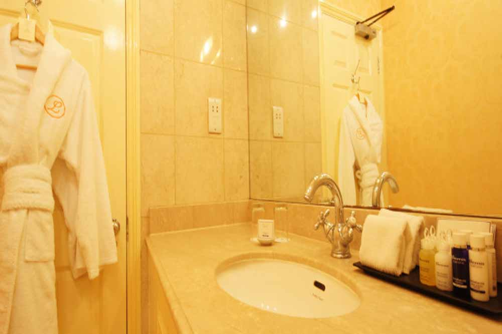 Classic Three Bedroom Apartment - Bathroom