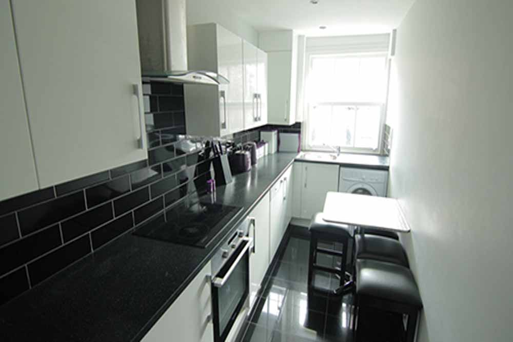Deluxe Three Bedroom Apartment - Kitchenette