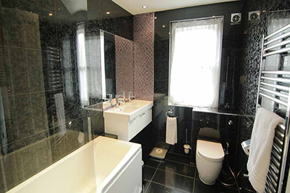 Deluxe Three Bedroom Apartment - Bathroom