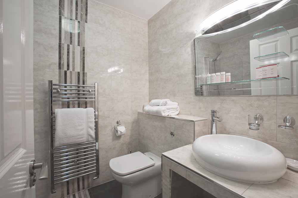 Hyde Park Gardens Apartments - Bathroom