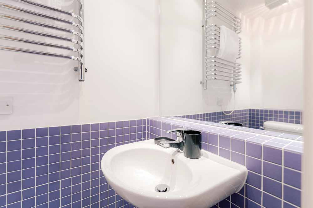 Oaks Square Apartments - Bathroom