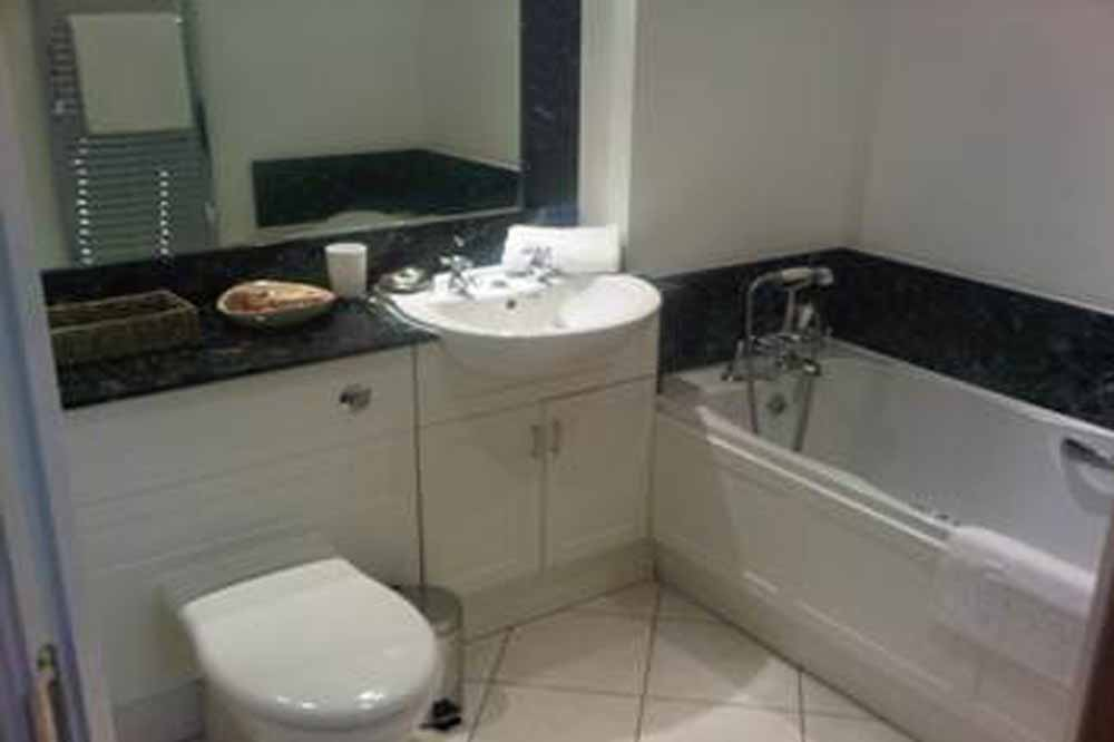 Garland House Apartments - Bathroom