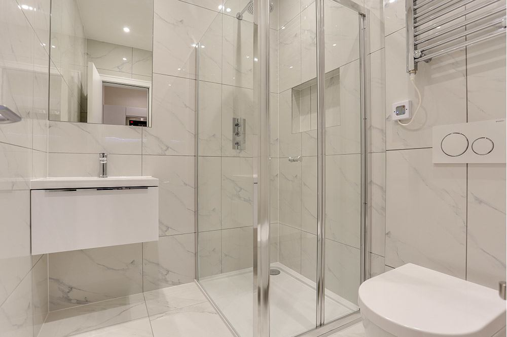 Small Studio Flat B Shower
